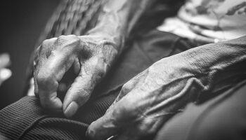 Idosa de 93 anos foge de casa e denuncia filho por cárcere privado
