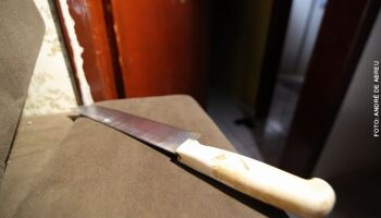 Marido tenta matar mulher, erra golpe e crava faca no sofá em Dourados