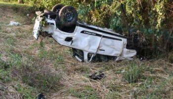 Motorista bate em poste e capota carro na MS 162