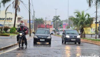 Chuva chega e refresca início de tarde em Campo Grande