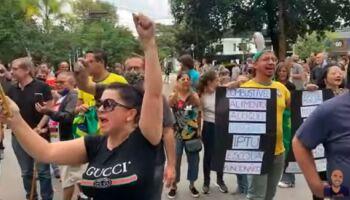 Vídeo: grupo protesta contra lockdown na frente da casa de João Dória