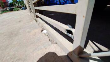 Motorista passa atirando e balas atingem portão de morador no Vivendas