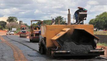 Parada há meses, prefeitura retoma reconstrução de asfalto da Ernesto Geisel