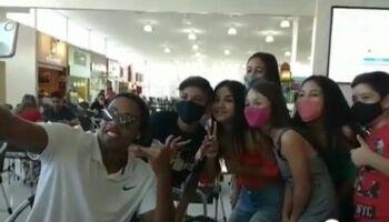 'Ronaldinho Gaúcho' gera aglomeração ao passear em shopping na fronteira
