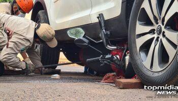 Moto para embaixo de carro após acidente no União