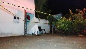 Mulher assassinada na frente de casa tinha passagem por tráfico de drogas