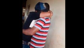 Vídeo: separados pela covid, pai e filho dão o abraço 'mais amoroso do mundo' em Ribas