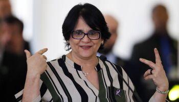 PTB quer Damares Alves e 'namora' filiação de ministra