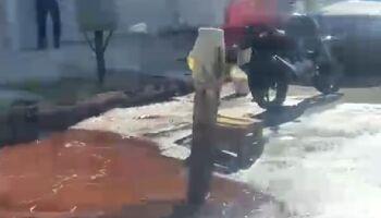 Vídeo: motociclista cai em buraco escondido em rua alagada por vazamento de água