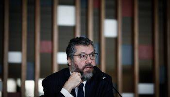 CPI da Covid ouve Ernesto Araújo para saber se má relação com China atrasou vacinas