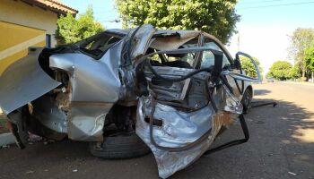 Motorista abandona carro após bater em árvores em Sidrolândia