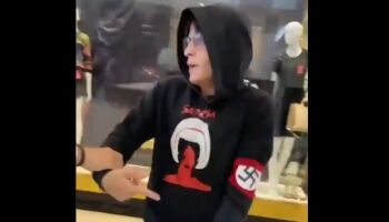 'Minha liberdade': jovem com faixa da suástica no braço é expulso de shopping