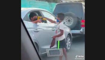 Vídeo: em cena de chorar, menino pobre faz amizade e ganha carrinho de garoto 'rico'