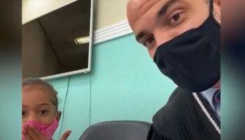 Viralizou: juiz cuida e diverte menininha durante julgamento de assassinato em Goiás
