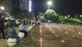 Vídeo: Praça do Rádio fica repleta de velas em homenagem aos 500 mil mortos da covid