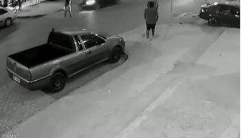 Vídeo: adolescente atropela mãe e bebê de poucos meses é arremessado na pista