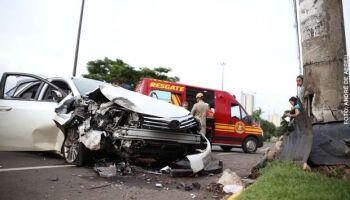 Motorista briga com familiares e bate carro contra poste na BR-262