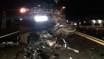 Rapaz bate moto em caminhonete e morre na BR-163