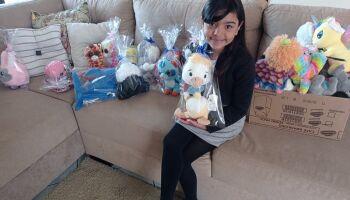 Menina pega 58 bichinhos em máquina e faz doação para crianças carentes
