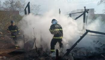 Mãe tem casa destruída pelo fogo e faz apelo por doação em MS