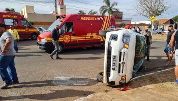 Carro com duas crianças tomba em acidente na Conde de Boa Vista, no Tijuca