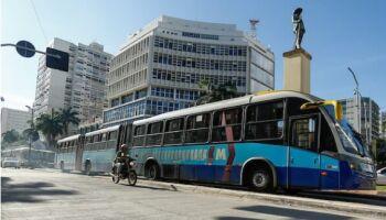 Motorista de ônibus mata passageiro esfaqueado e segue com viagem