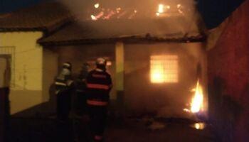 Casa é destruída por incêndio no Cristo Redentor