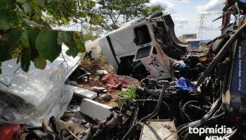 Grave acidente entre carreta e caminhão deixa um morto na BR-262