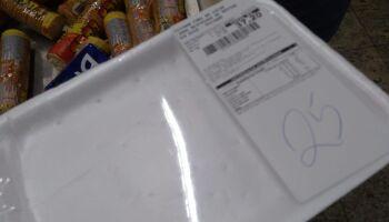 Extra entrega bandejas vazias de carne até produto ser pago no caixa