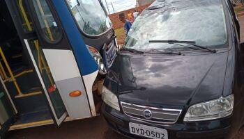 Ônibus acerta carro e deixa idoso ferido em Chapadão do Sul
