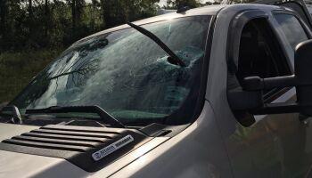 Motorista bêbado colide em carro e ainda ameaça condutor com pé de cabra