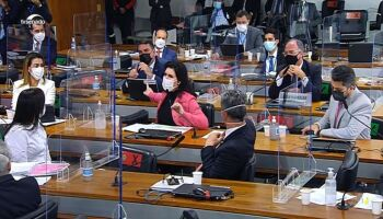 CPI aprova relatório final e acusa Bolsonaro de nove crimes