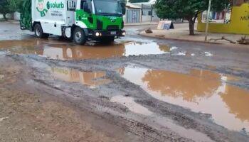 'Esquina da lama' volta a ser dor de cabeça a pedestres e motoristas no Los Angeles (vídeo)