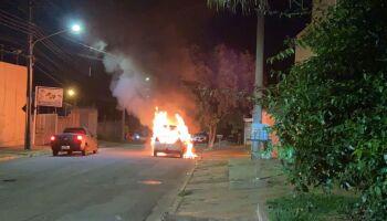 Carro pega fogo e motorista e filha escapam por pouco no Zé Pereira (veja o vídeo)