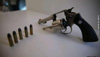 Rapaz tenta se livrar de revólver e acaba preso no Jardim Aeroporto