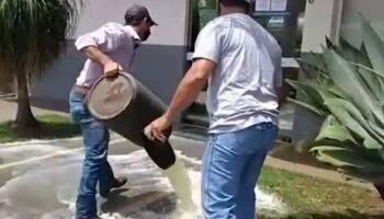Fazendeiros protestam e jogam leite no prédio da Energisa em MS (veja vídeo)