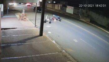 Mulher é atropelada por moto ao cruzar avenida Tamandaré (veja o vídeo)