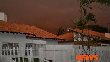Ventania leva 'nuvem de poeira' e gera estragos em Dourados