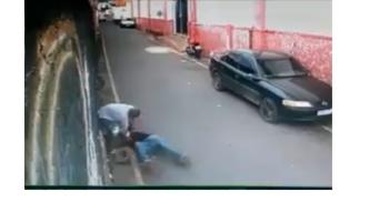 Homem surta e tenta matar idoso com faca no Caiobá