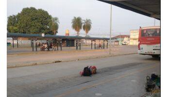 Homem desce de ônibus, coloca pênis para fora e urina em terminal de Campo Grande