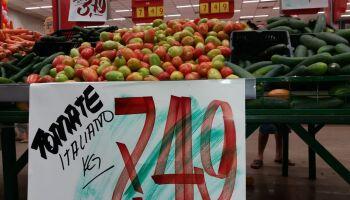 Tomate vai a R$ 7 e assusta clientes em dia de promoção em Campo Grande