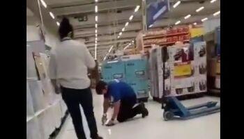 Obrigado a limpar o chão, vendedor sofre novos ataques no Carrefour: 'Pedro da Limpeza'