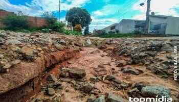Erosão no Nova Lima é problema constante e até ferro é inimigo dos motoristas