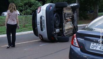 Motorista bate e tomba carro na Ricardo Brandão