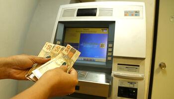 Pagamento de servidores que ganham até R$ 2 mil está disponível para saque
