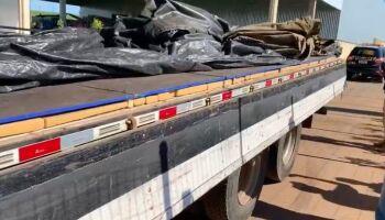 Mais de 1 tonelada de maconha é encontrada em fundo falso de caminhão