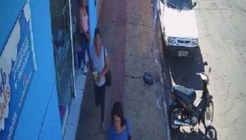 VÍDEO: 'Bonde das rachadas' distrai vendedora e furta peças de R$ 200 no São Francisco