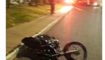 Adolescente bate moto em árvore e morre
