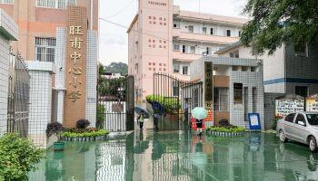 Segurança esfaqueia mais de 30 crianças em escola