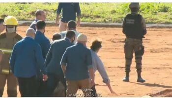 VÍDEO: Bolsonaro cai antes de inaugurar hospital em Goiás